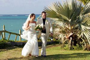 Heiraten im Ausland: Nicole Bralo-Dunker und Michael Dunker genießen den schönsten Tag auf Mauritius.