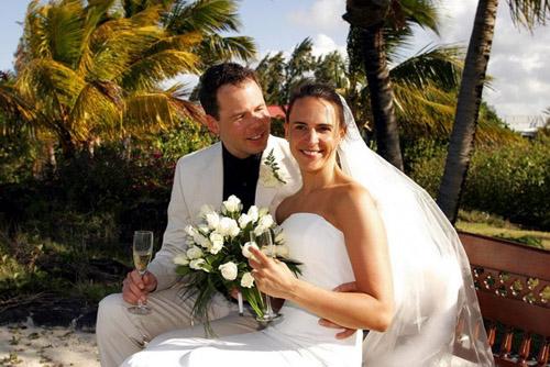 Lächeln am schönsten Tag: Nikki&Michi genießen die Hochzeit auf Mauritius.