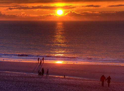 Sylt: Der Sonnenuntergang vor der Himmelsleiter am Strand von Westerland. Foto: Michael Dunker.