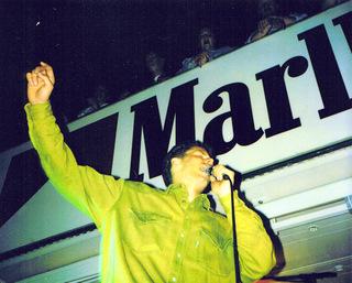 Karaoke vor 2500 Zuschauern. Michi rockt auf dem Bremer Marktplatz.