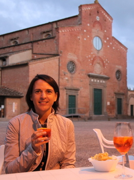 Nikki Bralo-Dunker genießt einen Spritz als Aperitiv in San Miniato. Salute!