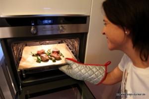 Nikki Bralo schiebt das Rinderfilet in den Ofen.